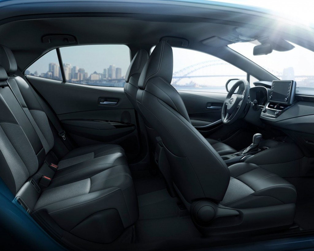toyota-2019-corolla-hatchback-interior-seat-side-l